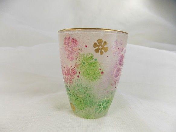 ガラスのミニグラスにお花を手描きし、金彩で仕上げました。お花のふわふわ感が伝わるといいなと思います。手で持った時の凹凸がいい感じです~。「すべらなくていいです...|ハンドメイド、手作り、手仕事品の通販・販売・購入ならCreema。