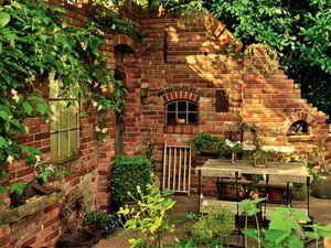 Sichtschutz aus mauern ruinenmauern gartengestaltung for Gartengestaltung zum nachbarn
