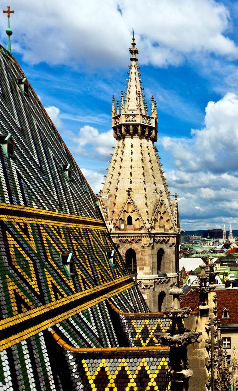 Vista para a cidade bonita de tTE.  Stephan telhado da catedral, Viena.  Áustria