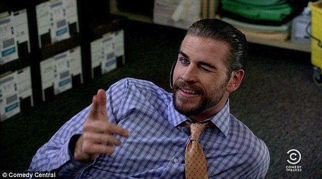Recentemente, ele fez uma pausa em seus papéis ativos para mostrar seu lado cômico como convidado em Workaholics. E parece que Liam Hemsworth poderia muito bem fazer  projetos mais cómicos, com as estrelas do show Comedy Central, dando sua aprovação.