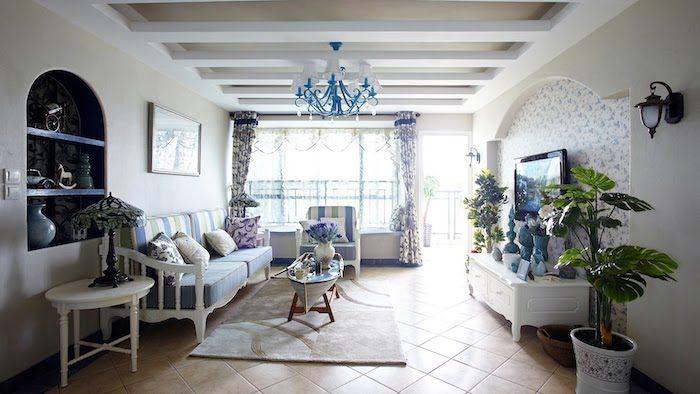 shabby deko, wohnzimmer in weiß und blau, kronleuchter, pflanzen ...