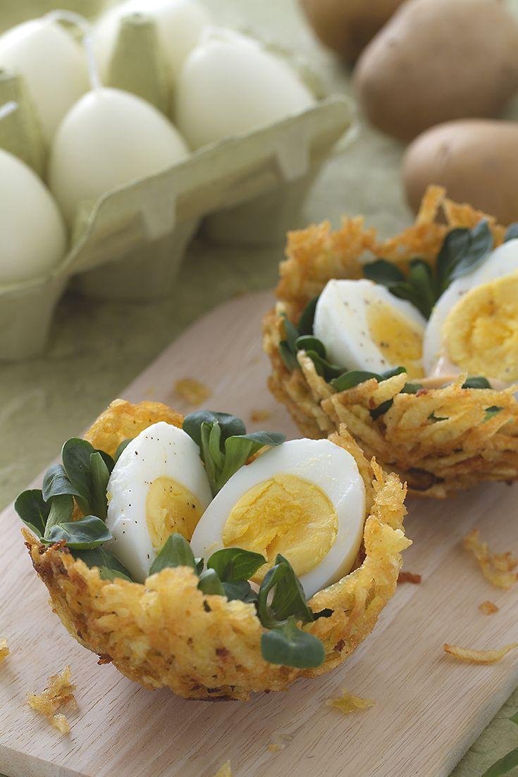Un modo originale per servire delle semplici uova sode? I #nidi di patatine con #uova (Easter potato nests) è la ricetta ideale: sottili fette di patate sono fritte e fatte raffreddare a mo' di cestino, in modo che possano racchiudere le uova adagiate su una fresca insalata. Stupendi!