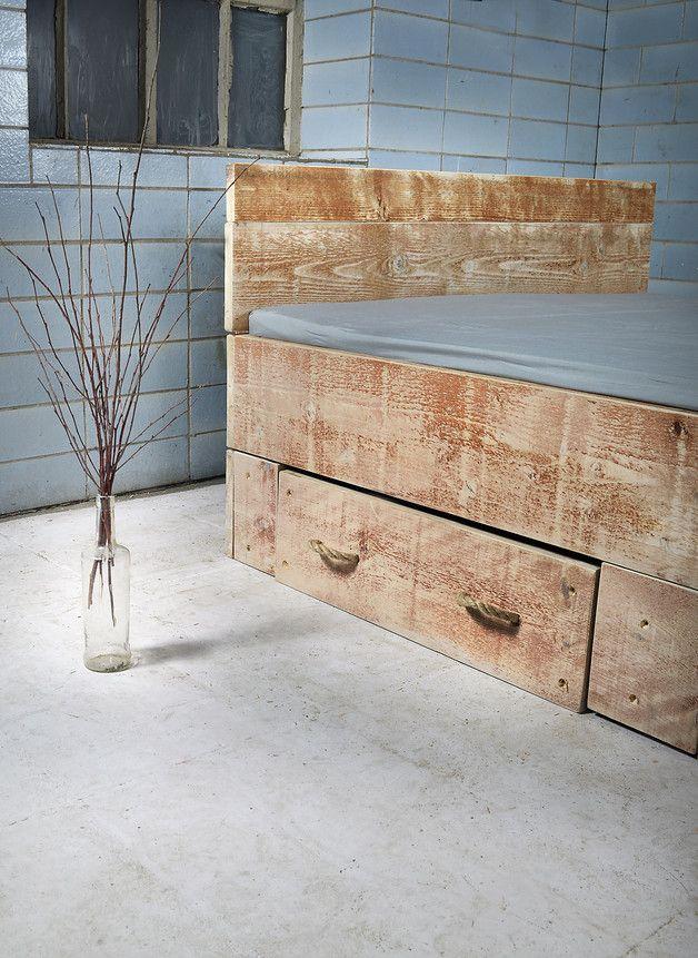 In feinster und liebevoller Handarbeit gefertigtes, rustikales Bett.  Bett SANNES passt ausgezeichnet zum Landhaus-Shabby-Ambiente und sorgt für das gewisse Etwas - der Blickfang schlechthin in...