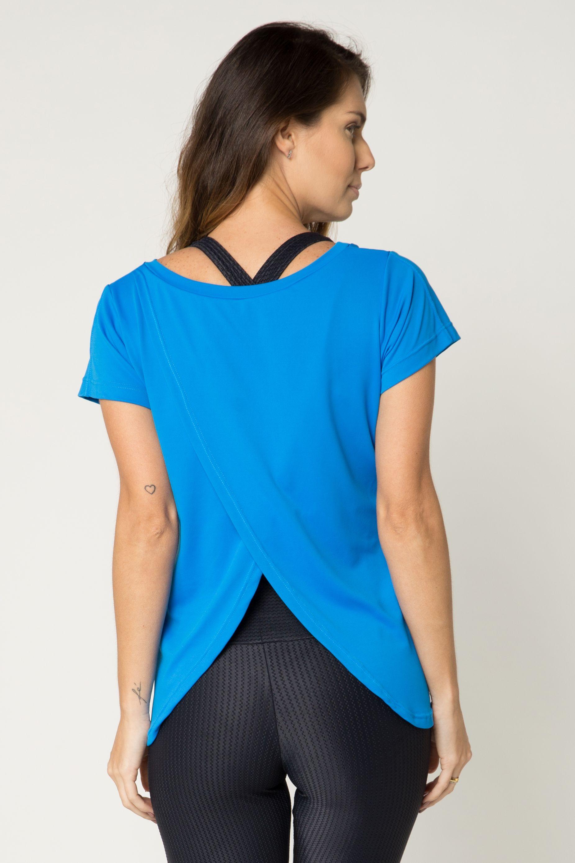 d0d41f51f Nossa camiseta fitness costas transpassadas azul é feita em tecido  confortável, maleável e com toque