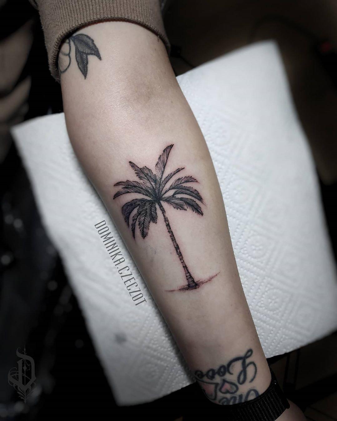 chyba wiekszosci juz odbija 🌴🤣 #tattoo #palm #blackworktattoo #palmtattoo #blacktattoo #tattoolife #tattooed #blackwork #palmtreetattoo #palmtrees🌴 #inkedgirl #inked #loveink #tattoolifestyle #tattooist #polandtattoos #tattooedgirls #warsawgirl #warsaw #tattooing