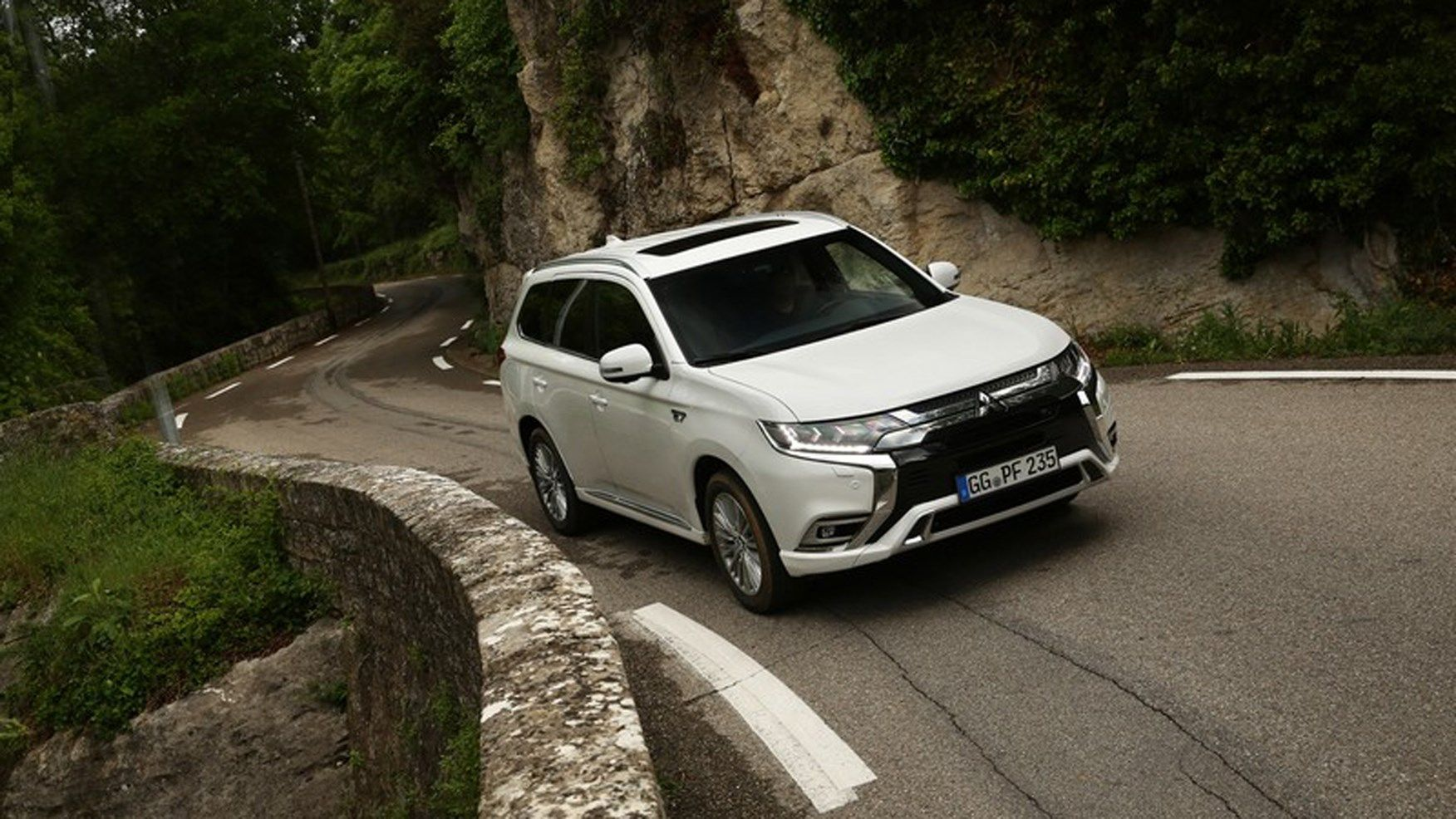 Mitsubishi Outlander Phev Review The Hybrid Evolves In 2020 Mitsubishi Outlander Outlander Phev Outlander