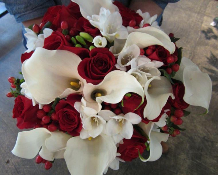 Bouquet Sposa Rose E Calle.Bouquet Calle Bianche Rose Rosse Forma Rotonda In 2020 Bouquet
