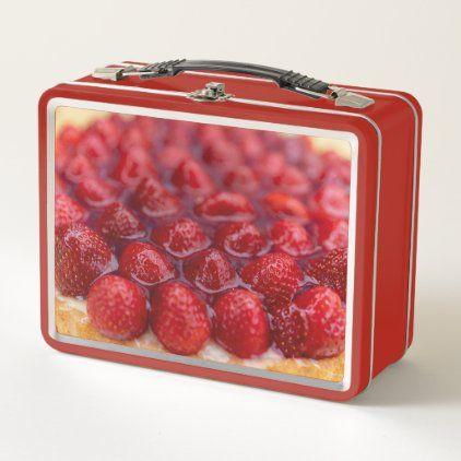 Metall Lunchbox mit einem leckeren Erdbeerkuchen