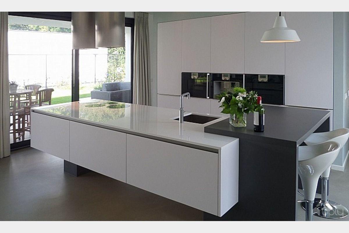 Strakke greeploze design keuken werkblad in extreem witte uitvoering voorzien van volledig - Werkblad voor witte keuken ...