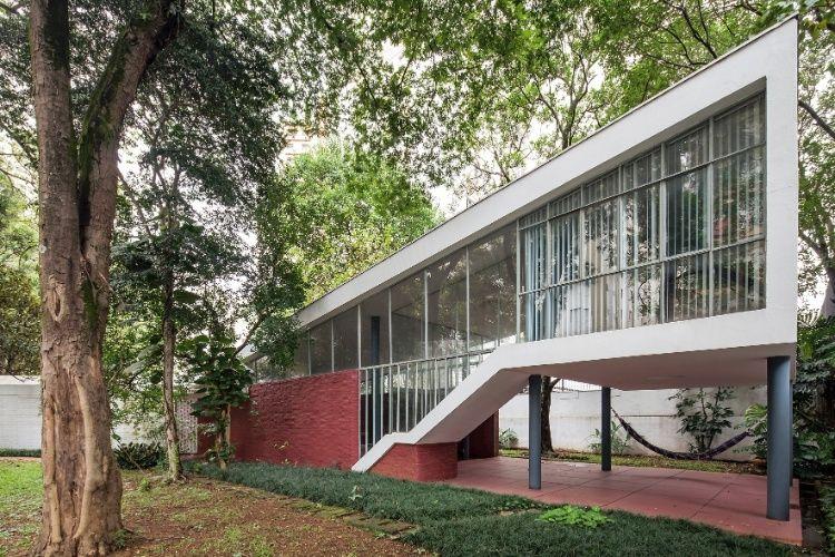 A fachada frontal da Casa do Arquiteto, projetada por João Batista Vilanova Artigas (1915-1985), possui vários destaques, como a volumetria da escada recortada, o apoio parcial sobre pilotis e o pé-direito duplo do terraço. A construção de 1949 é vanguardista e ainda hoje é considerada moderna