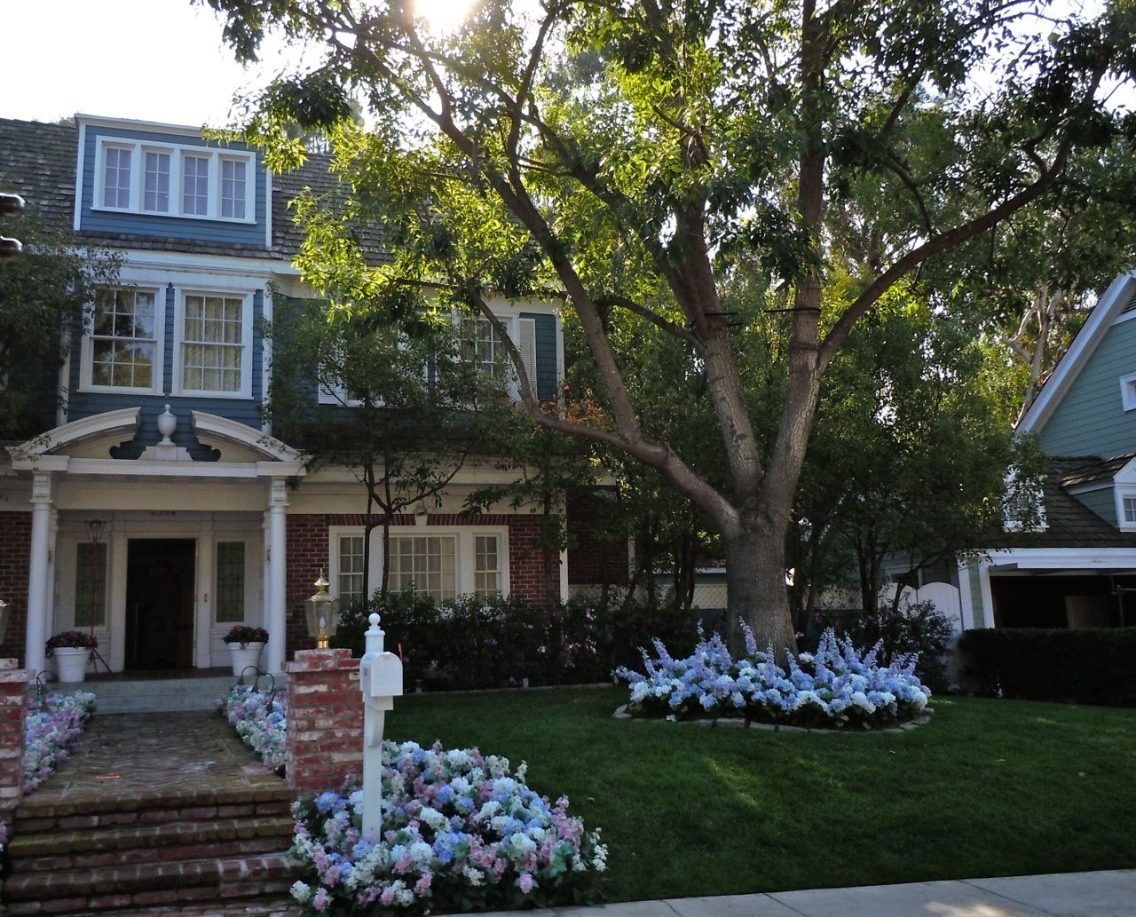 bree house wisteria lane desperate housewives jardin d. Black Bedroom Furniture Sets. Home Design Ideas