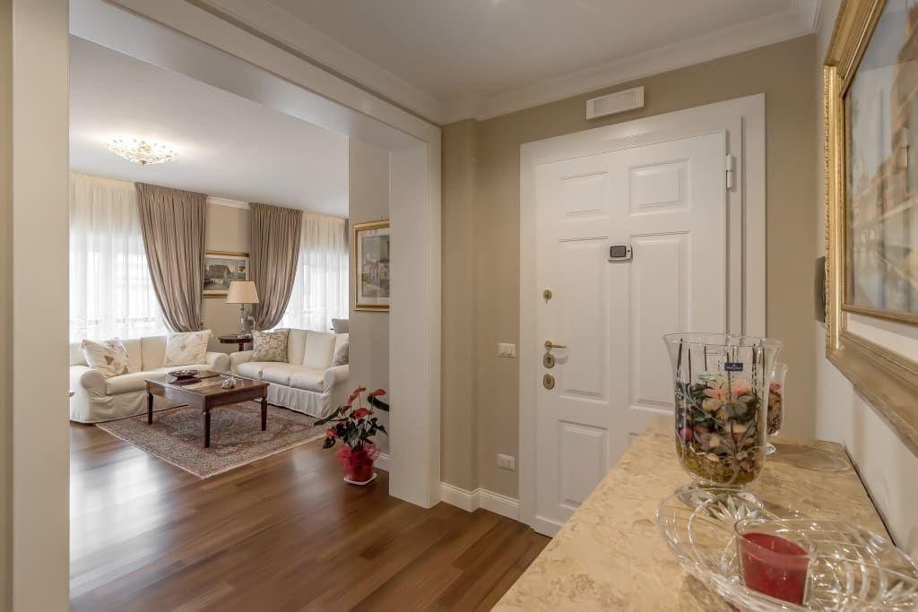 Ingresso ingresso, corridoio & scale in stile classico di