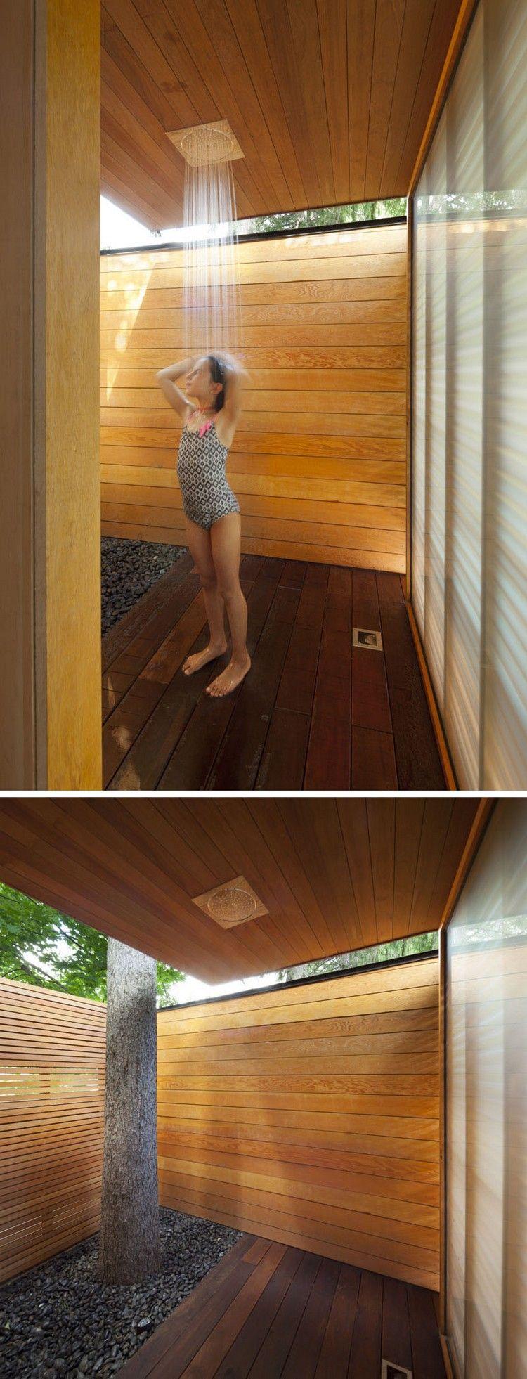 Modernes Poolhaus aus Holz mit Dusche und Umkleideraum in