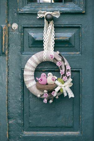Photo of Ghirlanda per porta in lana con coppia di uccelli all'uncinetto