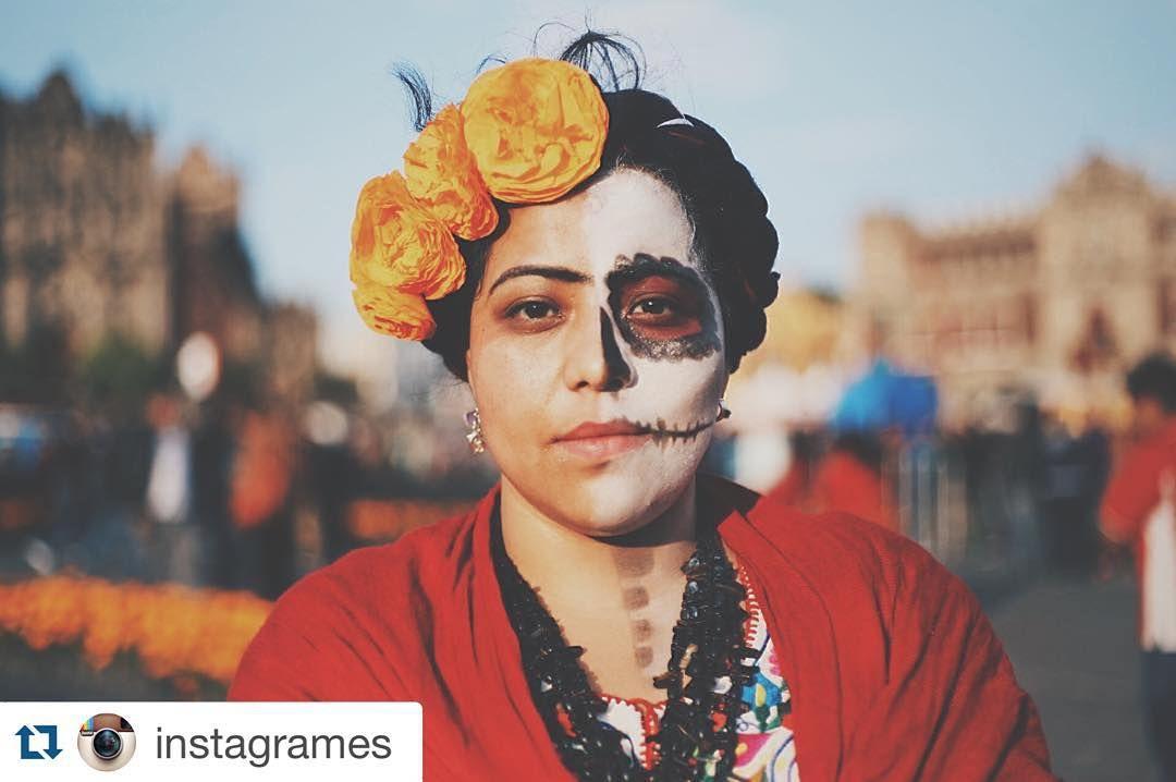 #InstagramELE #alma  #Repost @instagrames con @repostapp.  Cuando tenía cuatro o cinco años me dijeron que el 1 y 2 de noviembre iban a venir las almas de los muertos a mi casa así recuerda el foto periodista Iván Chad Santos (@elchadsantos) su primer contacto con el #díademuertos una de las tradiciones culturales más importantes de México. Con el paso de los años el susto de Iván se transformó en una pasión y ahora documenta el Catrinaje una palabra que usa para describir a quienes se…
