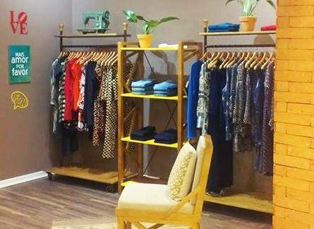 df3475c64 Decoração de loja de roupas femininas. Atmosfera moderna