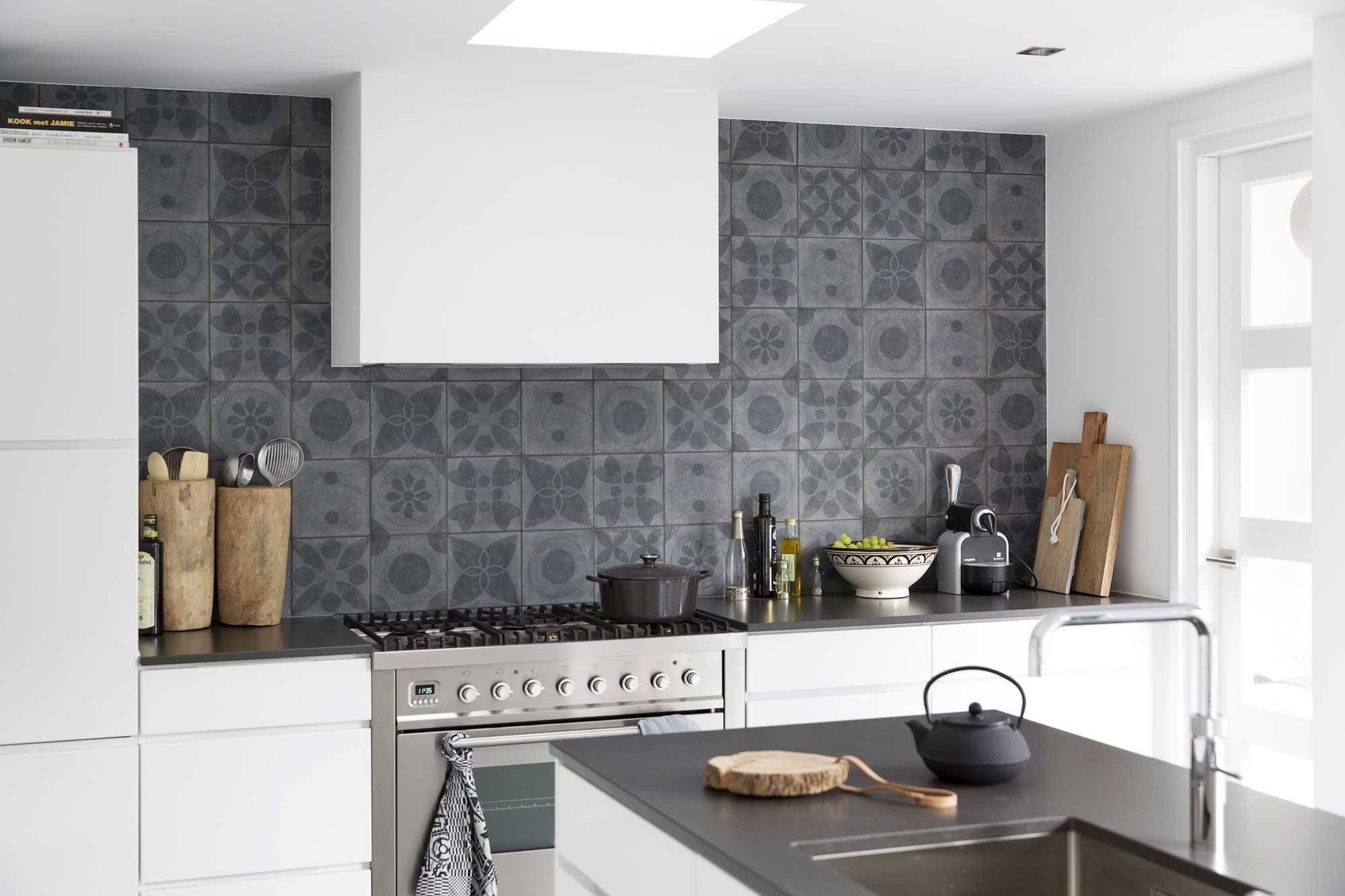 Keuken Achterwand Ideeen : Stoere grijze tegel als achterwand in strakke witte keuken
