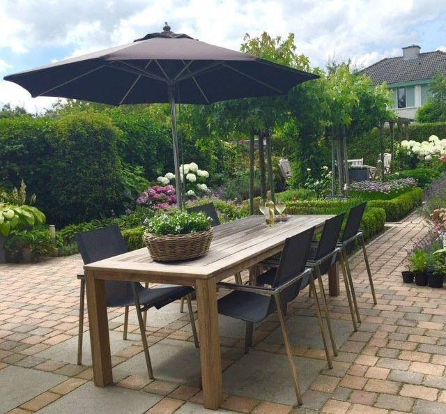 Super Stoere en moderne tuinset in een groene tuin met zwarte parasol YC-83