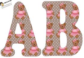 Alfabeto de osita sentada en fondo marrón con flores rosadas.