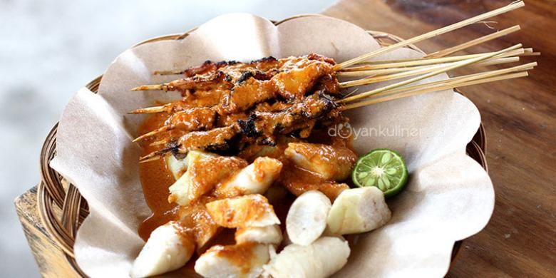 Sate Bulayak Indonesia Lombok Dish Of Marinated Beef Kebabs With Rice Cakes And A Peanut And Coconut Sauce Makanan Dan Minuman Makanan
