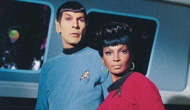 El domingo se celebra el Día Internacional de la Mujer Trabajadora y por este motivo en la #fonoteca queremos recordar al recientemente fallecido Leonard Nimoy. El actor no sólo fue famoso por interpretar a Mr. Spock en Star Trek [791 STA (rosa)]. Nimoy fue un defensor de la igualdad entre hombres y mujeres, y cuando éste se enteró que Nichelle Nichols, su compañera de reparto en la famosa serie de ciencia ficción, no ganaba lo mismo que sus colegas hombres, denunció esa situación…
