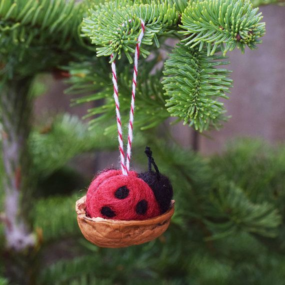 Marienkäfer sind harte Arbeiter in Ihrem Garten Pflanzen von lästigen Blattläusen zu befreien. Da scheint es nur fair, dass einmal in eine Weile sie zur Ruhe in einer Walnuss-Schale-Wiege kommen! Diese Ornamente sind ungefähr 1 Zoll in der Länge. Jeder Marienkäfer ist Nadel gefilzt mit schwarzen Flecken und schwarzer Stickerei Zahnseide Antennen. Die Walnuss-Schale-Wiege ist aufgereiht mit roten und weißen gestreiften Bäcker Bindfäden. Der Marienkäfer ist innerhalb der Walnuss-Wiege geklebt…