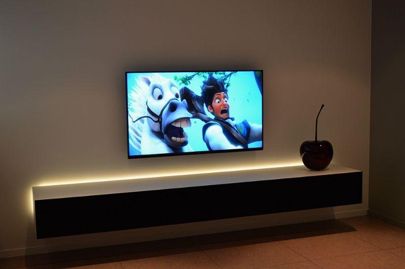 zwevende tv meubel met led verlichting in de woonkamer zetten