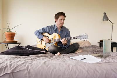 http://guitar.about.com/od/freebeginnerlessons/ss/guitar_lesson_two.htm