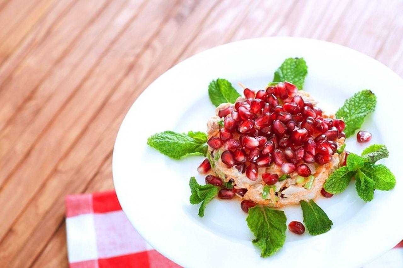 عمل وتقديم اشهى سلطة التونة مع الرمان هي من الوجبات الصالحة لإنقاص الوزن وعمل الريجيم وتعتبر وجبة متكاملة تحتوي على الخضروات الطاز Food Fruit Strawberry