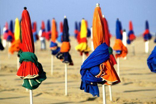 La fameuse plage de #Deauville et ses parasols colorés