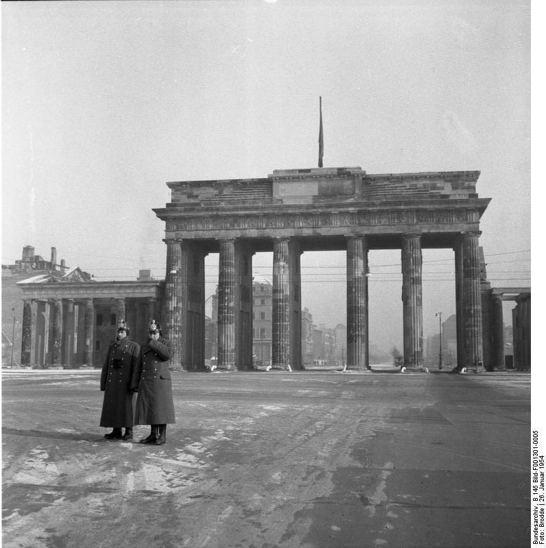 Polizisten Vor Dem Brandenburger Tor 1954 Mit Bildern Brandenburger Tor Historische Fotos Polizisten
