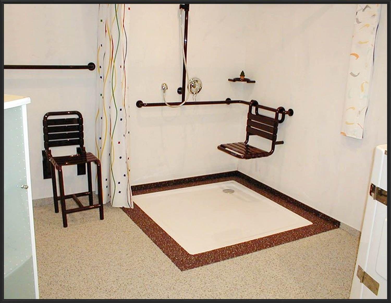 Re Behindertengerecht ideen badezimmer mit dachschr u00e4ge eckduschkabine