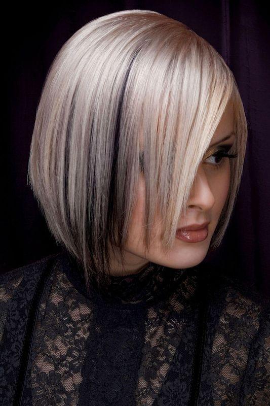 Platinblonde Haare Mit Schwarzen Strahnen In Fransigem Bob Blonder Bob Frauen Frisuren Kurze Platinblonde Haare Stilvolle Frisuren