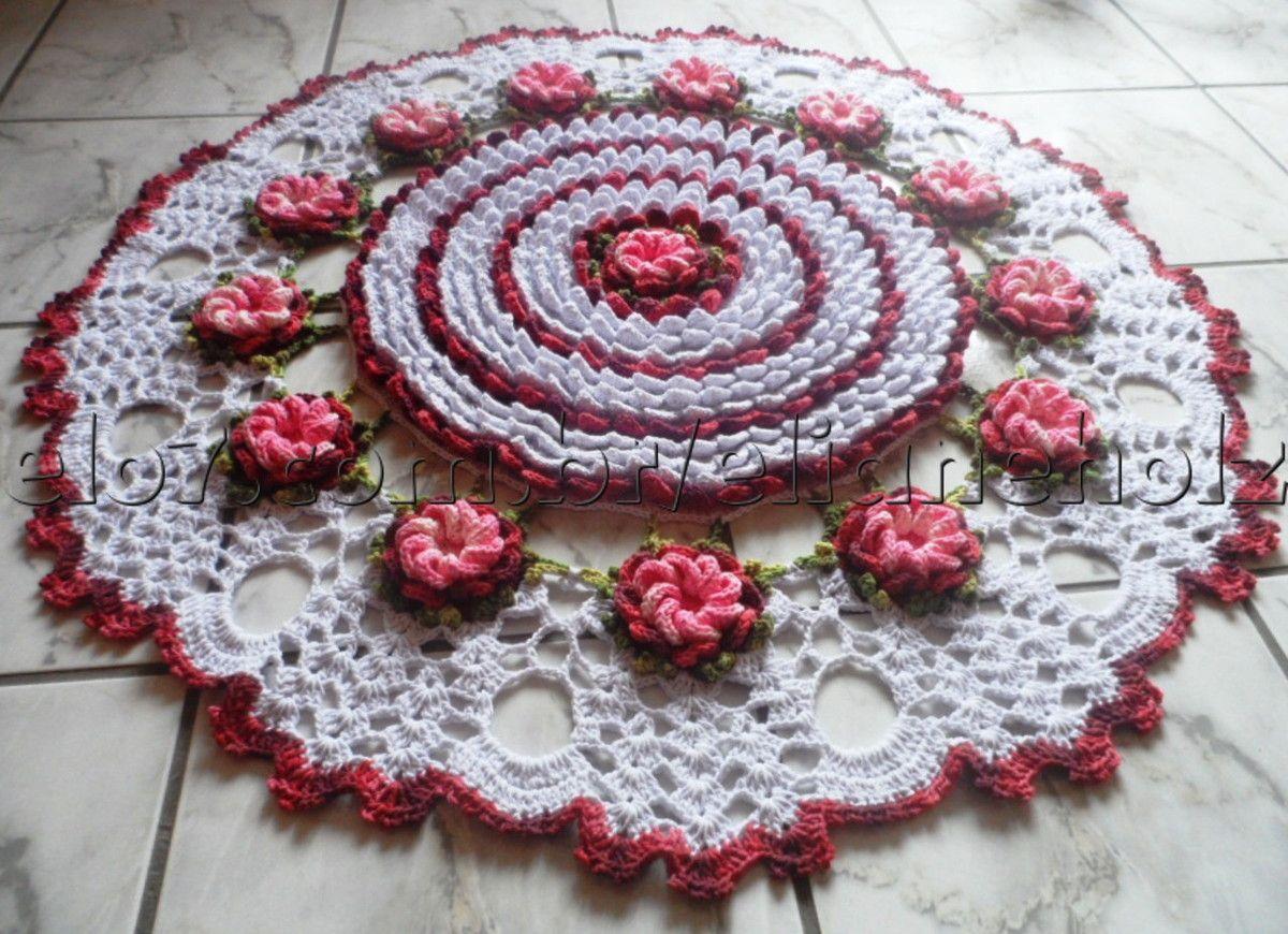 Tapete redondo grande nas cores bordô e branco. Pode ser feito em outras cores. <br> <br> <br>Também utilizado como centro de mesas redondas.