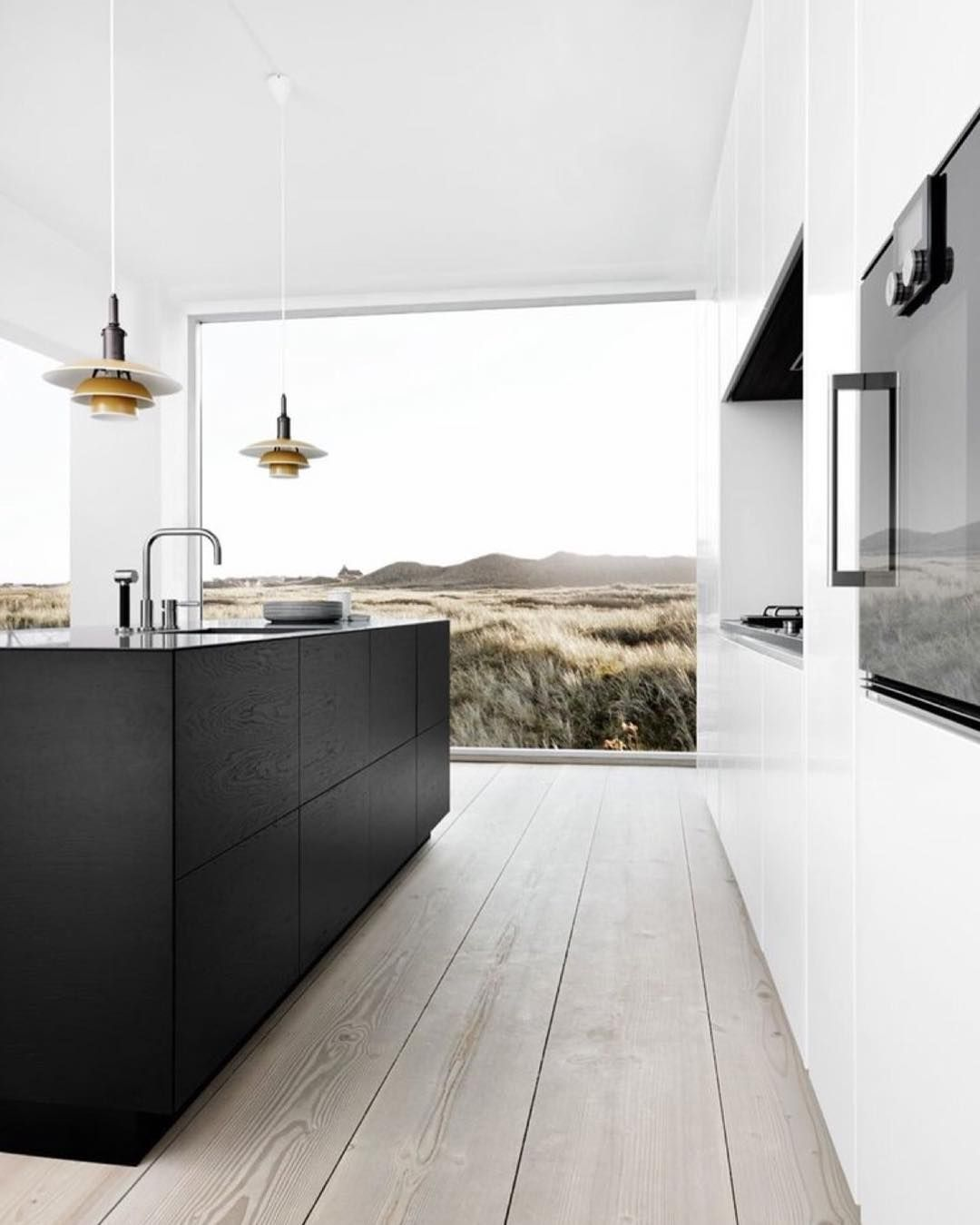 this kitchen and that view... follow our Pinterest page for more interior inspirations, link in our bio...⠀ #thebeachpeople #kitchen #interior #style #window #view