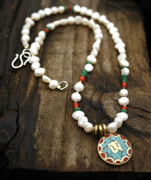 Pearl Necklace decorated with Malachite and Coral stones and with a pendant - Made by look4treasures