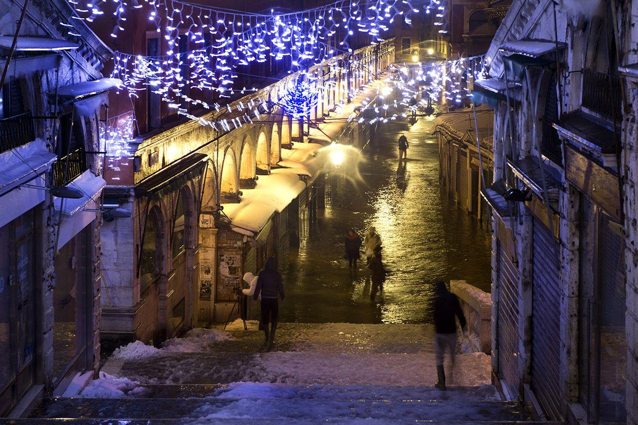 El fenómeno de la marea alta, que inunda la laguna de Venecia, se produce principalmente entre el otoño y la primavera cuando las mareas son reforzados por los vientos estacionales. AFP