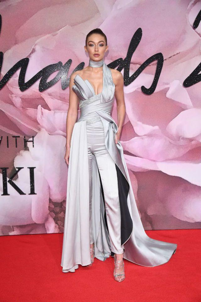 La alfombra roja de los Fashion Awards | Rojo, Modelo y Años