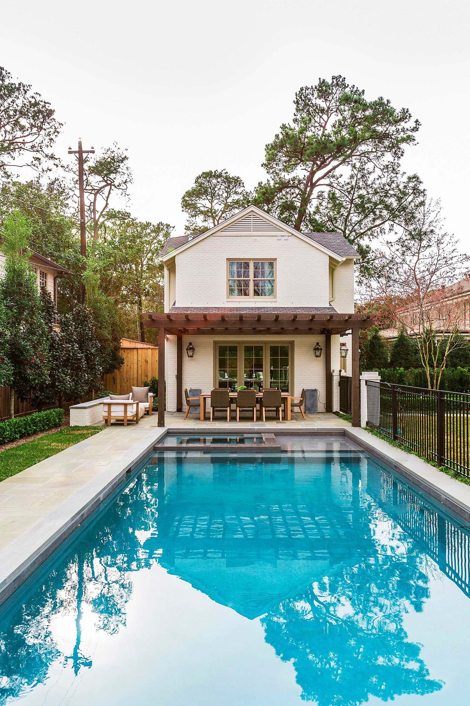 A Fresh And Inviting Cottage Style Guest House In Houston Colonial Style Homes Pool Houses Backyard Guest Houses