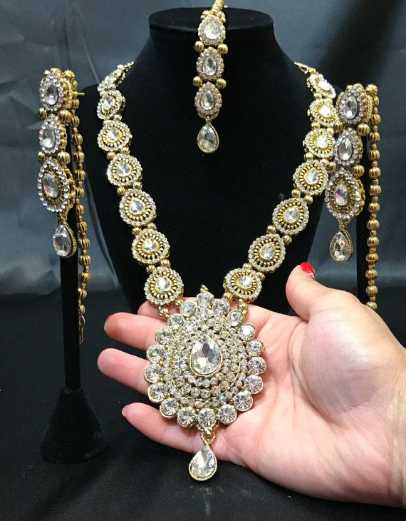 This unique heavy Kundan bridal jewelry set is the perfect