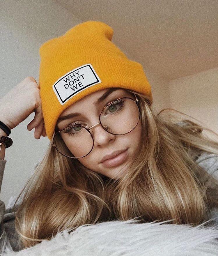 Girl Mit Brille Bekommt Ein Facial