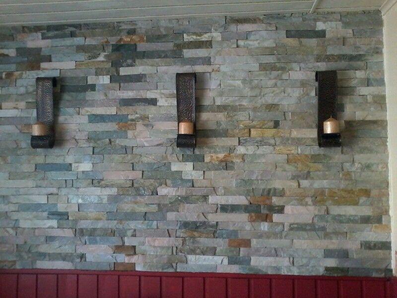 Muro De Piedra Decorado Con Candelabros De Bronce