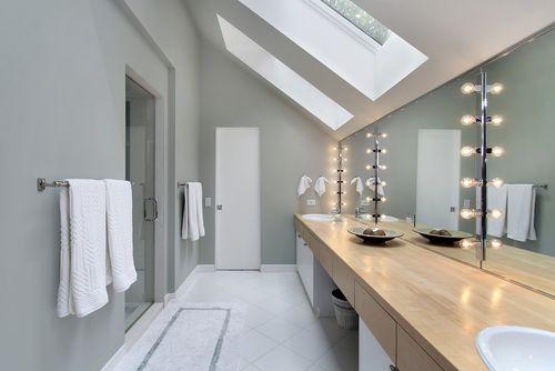 aménagement déco salle de bain sous comble | Attic bathroom, Attic ...