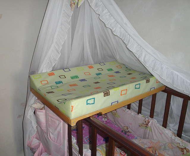 доска пеленальная на кроватку фото