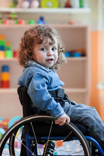 Silla de ruedas adaptadas para los ni os silla de ruedas for Ruedas para muebles