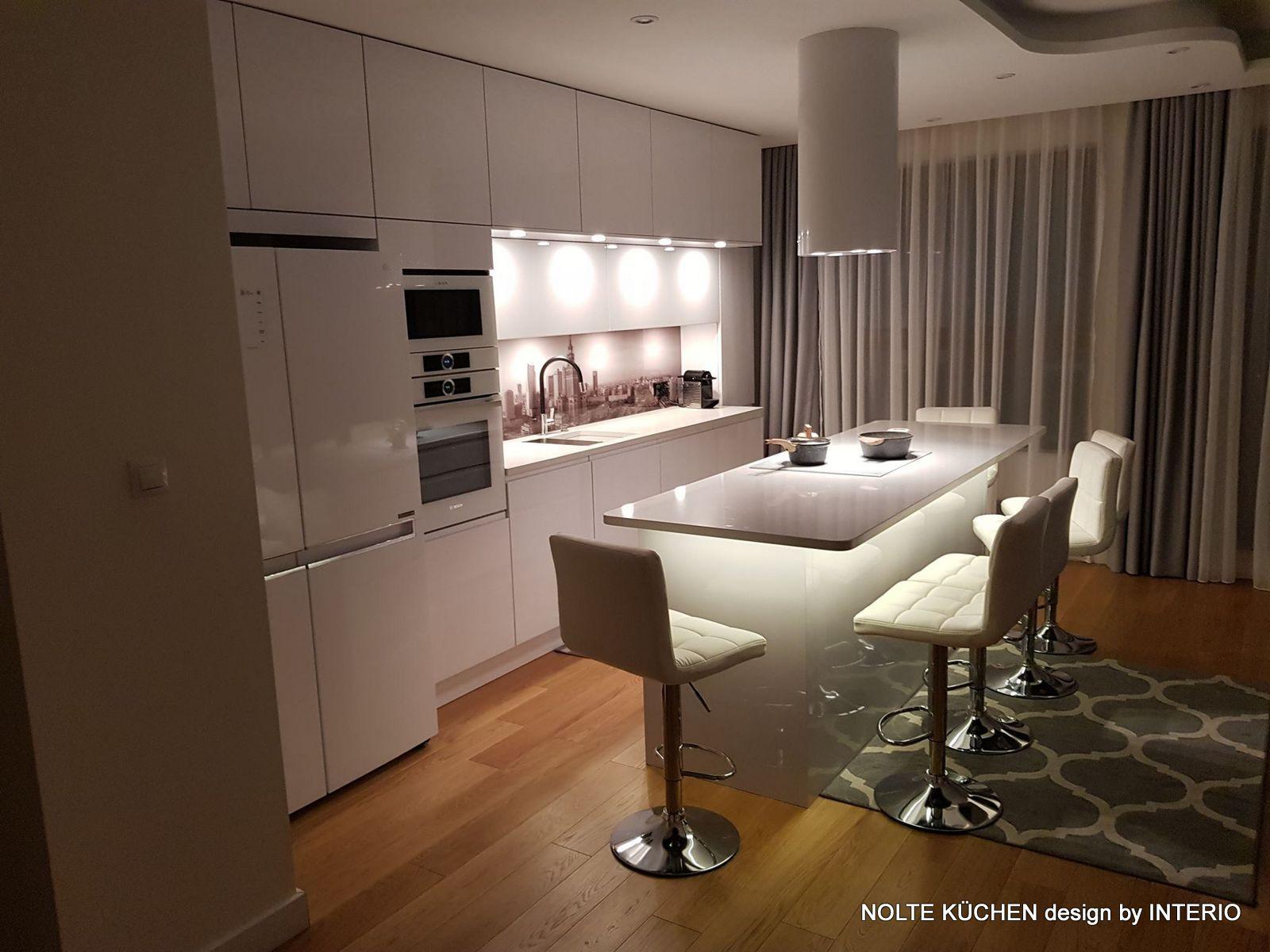 Biala Kuchnia W Polysku Z Niesamowita Podswietlana Wyspa Kitchen Design Whitekitchen Light Mykitchen Home Home Decor Decor