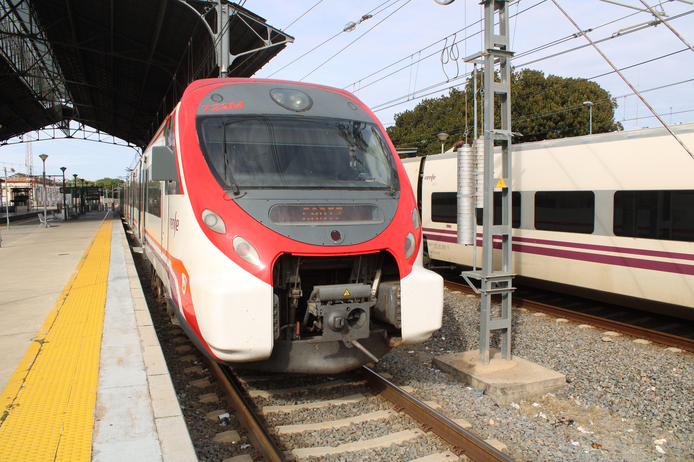 tren de cercanías estacionado en la estación de Jerez de la Frontera
