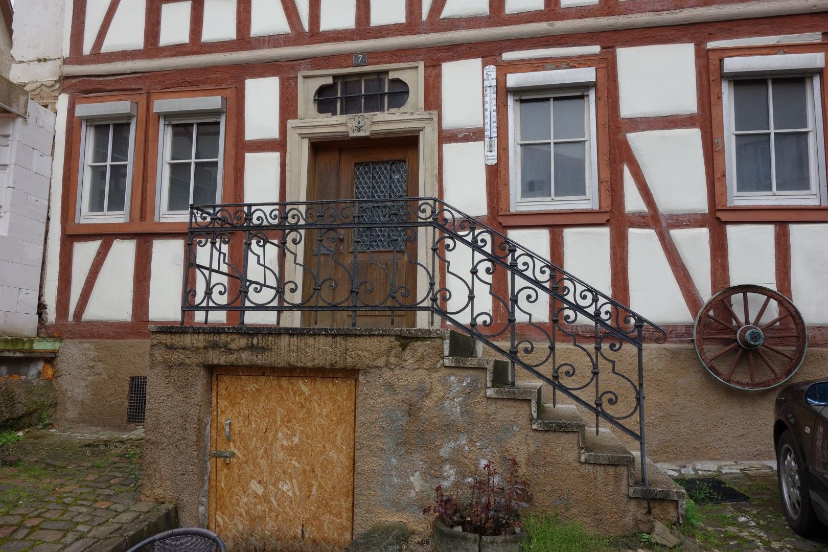 Geländer aus Metall vor Fachwerkhaus in Braunfels
