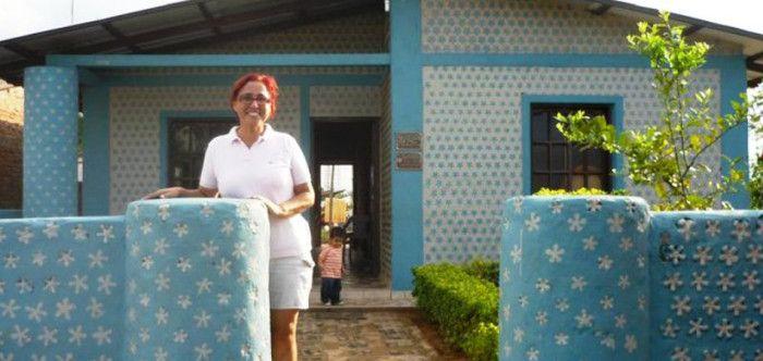 Em 20 dias, boliviana constrói casas de garrafa PET para famílias carentes