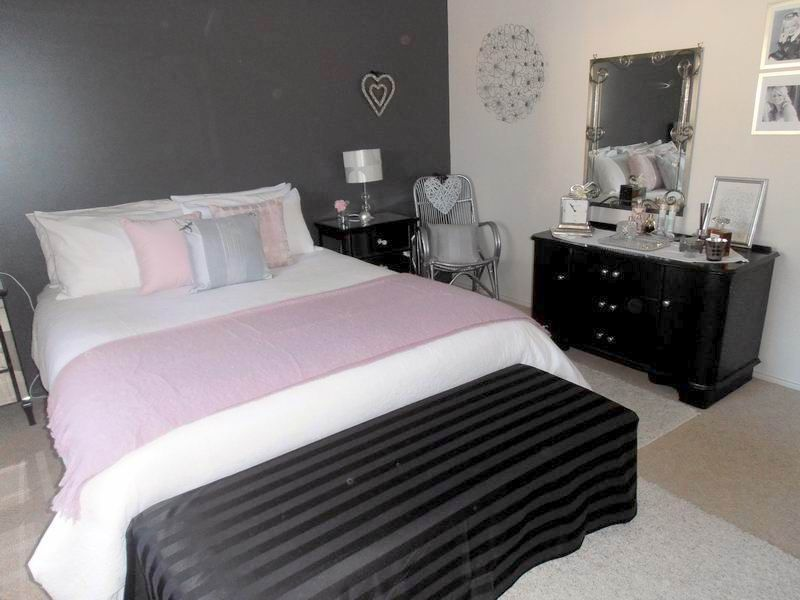 Dark grey feature wall white doona cover black for Black feature wall bedroom